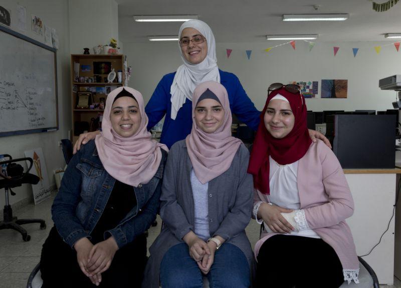 Imagen, tomada el 2 de agosto de 2018, Tamara Awaysa, de 17 años (izquierda), Wassan al-Sayyed, de 17 (centro), y Massa Halawa, de 16 (derecha), posan para una fotografía con su mentora, Yamama Shakaa en la ciudad cisjordana de Nablus. (AP Foto/Nasser Nasser)